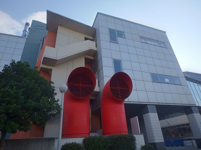 芸術創造館赤いダクト